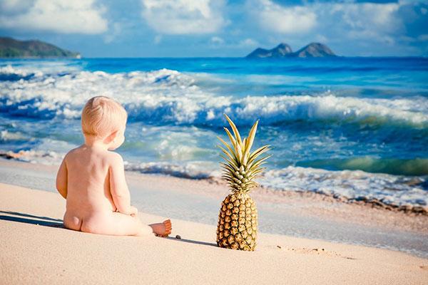 عکس نوزاد کنار دریا