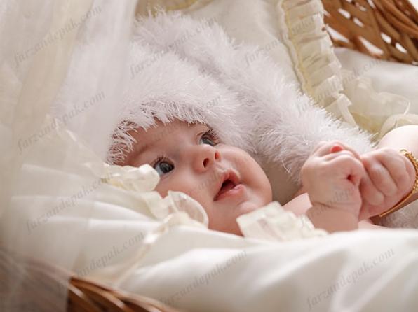 عکاسی نوزاد دختر با تم رنگی سفید